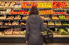 Una mujer en la tienda de comestibles